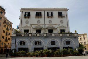 A building on the Piazza Marina. / Ein Gebäude auf dem Piazza Marina.